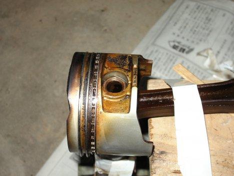 斜めに叩くとベアリングの内部が削げてしまいます。