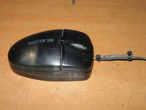 使い込まれて手垢がたまり、おまけにケーブルの断線を補修した形跡のあるマウス