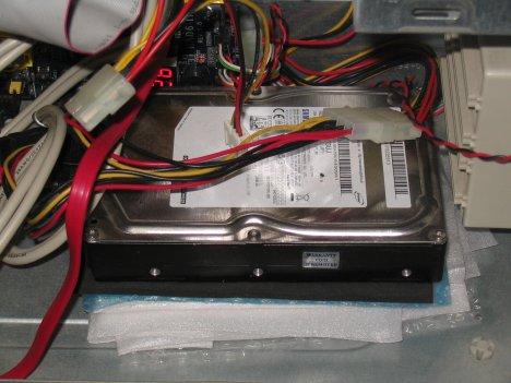 ケースの底に敷かれた緩衝材の上に置かれたハードディスク